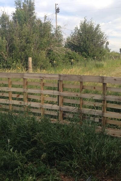 A new built pallet fence, fresh and new!